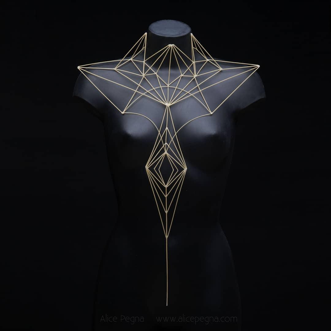 Robes et coiffes géométriques entièrement créées à partir de brins de spaghettis